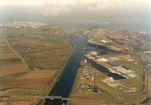 Luchtfoto Zevenaarhaven en Massagoedhaven. Op de voorgrond de...
