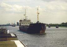 Schip op het kanaal nabij de zeesluis van Terneuzen. Foto gemaakt ten...