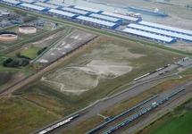 Loodsen van Verbrugge Terminals aan de Scaldiahaven. De opslagtanks...