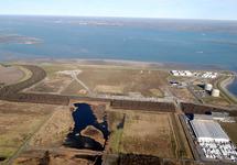 Luchtfoto Terneuzen van de Braakmanhaven met rechtsvoor Katoennatie en...