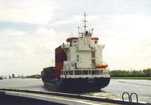 Containerschip op het kanaal nabij de zeesluis van Terneuzen. Foto...