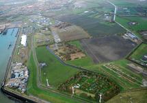 Terreinen aan de oostzijde van de Buitenhaven in Vlissingen. De drie...