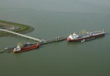 Terminal Oiltanking in de Braakmanhaven op de Mosselbanken bij Dow...