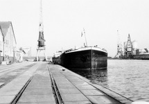 Binnenvaartschip Carlo aan de kade van de Zuiderkanaalhaven, met...
