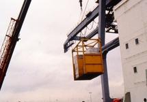 Lossen van een zeeschip in de haven van Vlissingen-Oost, met een kraan...