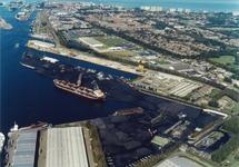 Luchtfoto Massagoedhaven en Zuiderkanaalhaven met de terminal van...
