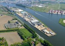 Kanaaleiland in het kanaal van Gent naar Terneuzen bij Sluiskil met...