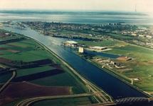 Luchtfoto vanaf brug Sluiskil richting Kanaalhavens Terneuzen.