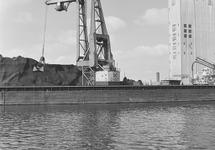 Overslag van kolen met drijvende kraan van Ovet in de Zevenaarhaven...