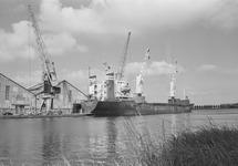 Zeeschip aan de kade bij de loodsen van Aug. de Meyer aan de...