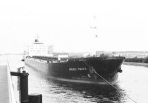 Zeeschip Argosy Pacific vaart door brug Sluiskil.
