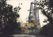 Het lossen van een zeeschip met drijvende kraan aan de terminal van...