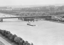 Binnenvaartschip bij brug Sluiskil.