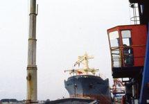 Laden van een binnenvaartschip bij Hydro Agri Sluiskil.
