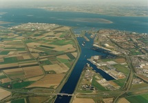 Overzichtsfoto van de kanaalhavens bij Terneuzen, vanaf brug Sluiskil...