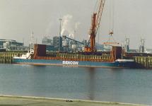 Overslag uit een schip in de haven van Vlissingen-Oost.