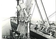 Laad- en losinstallatie op het steiger van het oceandock vam Dow...