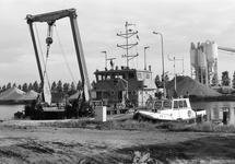 Werkschip en peilvlet H.T. 1 in de Zuiderkanaalhaven. Op de...