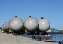 Aanlanden gastanks (bullets) in de Scaldiahaven te Vlissingen. De...