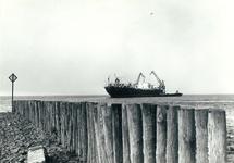 Boord boord overslag met drijvende kranen uit een zeeschip in de Put...
