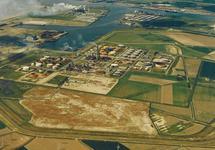 Luchtfoto Total Raffinaderij N.V. en Heerema Havenbedrijf aan de Van...