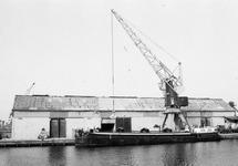 Het laden van een binnenvaartschip bij Aug. de Meijer aan de...