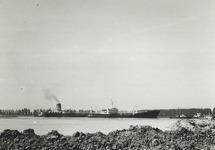 Zeeschepen op het kanaal ter hoogte van de Massagoedhaven.