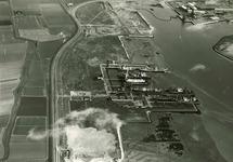 Midden op de foto de reparatiewerf van N.V. Kon. Mij. ''de Schelde'' ....