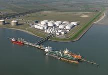 Schepen aan de steiger bij Oiltanking in de Braakmanhaven.