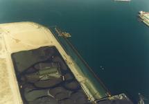 Luchtfoto van de bouw van een kade in de Kaloothaven te...