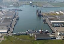 Lossen van een fruitschip aan de Bijleveldhaven. Op de achtergrond het...