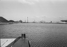 Zuiderkanaalhaven in Terneuzen. Aan de linkerkant de hopen met kolen...