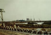 Aanleg kade van de Massagoedhaven. Op de achtergrond de loodsen aan de...