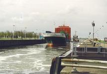 Containerschip met sleepboot in de zeesluis van Terneuzen. Foto...