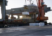 Lossen van een zeeschip van Gearbulk bij Verbrugge Terminals