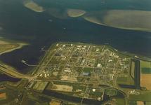 Luchtfoto complex Dow Chemical met de Braakmanhaven