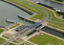 Wielerronde Ronde van Zeeland Seaports. Passage zeesluis Terneuzen.