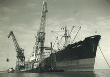 Overslag met drijvende kranen door de firma Ovet vanuit het zeeschip...