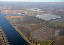 Zicht op de Autrichehaven en het glastuinbouwcomplex in de...