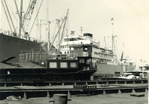 Zeeschip en binnenvaartschip in de haven van Terneuzen. Exacte locatie...