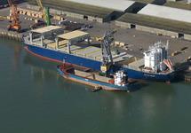 Boord boord overslag met drijvende kraan uit een zeeschip aan de...