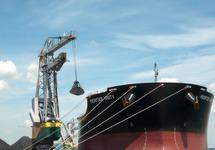 Het lossen van het zeeschip Frontier Unity in de Massagoedhaven.