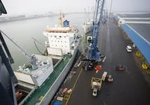 Lossen van een zeeschip bij Kloosterboer in de Bijleveldhaven.
