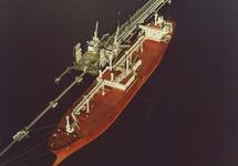 Het schip Nyhammer aan het Oceandock van Dow Chemical in de...