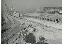 Aanleggen van de kade van de nieuwe Massagoedhaven.
