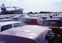 Overslag van nieuwe auto's bij de N.V. Haven van Vlissingen. Op de...
