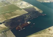 Luchtfoto van de terminal van Ovet in de Kaloothaven te...