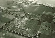 Op de voorgrond de bouw van de PZEM- centrales met buitendijks de...