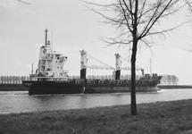 Zeeschip op het kanaal ter hoogte van Sas van Gent.