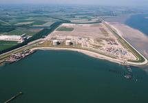 Luchtfoto Mosselbanken met de vestiging van Oiltanking en de...